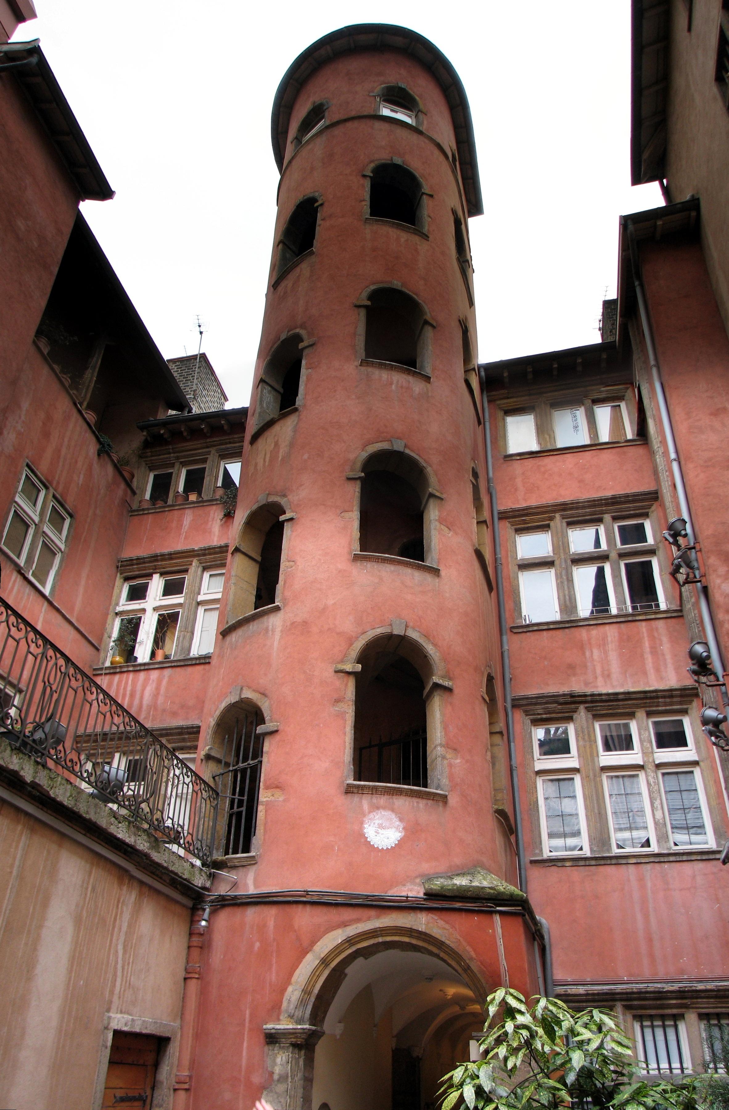 Traboule_courtyard_C_staircase_Lyon