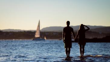 voyage en amoureux paysage mer vacances couple plage