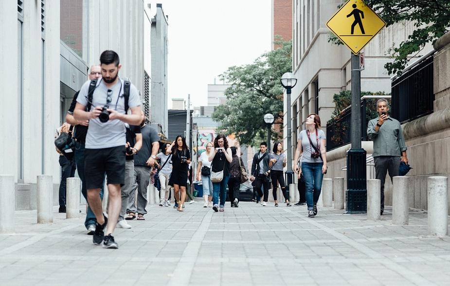 touristes qui marchent