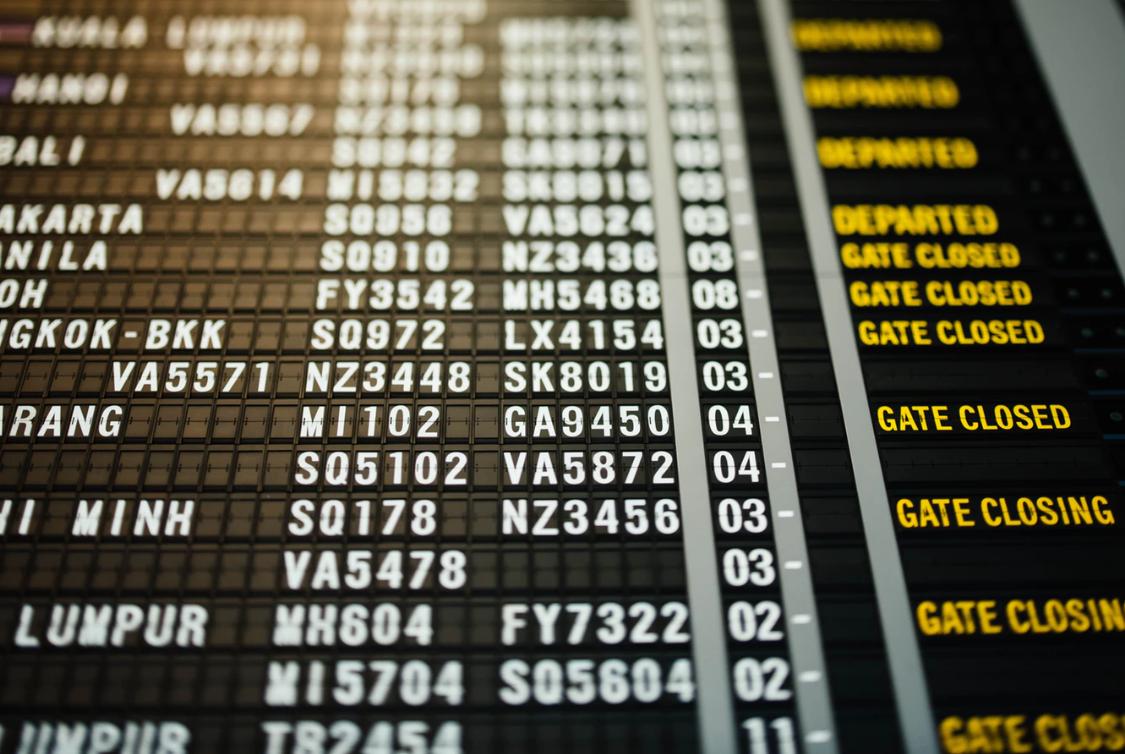tableau des départs à l'aéroport