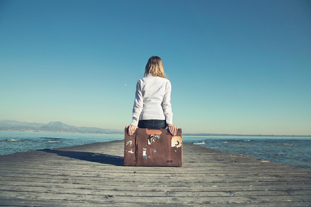 femme voyage plage mer valise partir